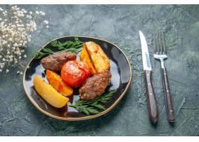 可口肉炸肉排正面图烘烤用土豆和蕃茄在黑色_17246882