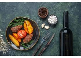 上面看法可口肉炸肉排烘烤用土豆和蕃茄在黑_17243394