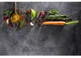 不同的香料食物成分木匙子在灰色桌背景_1284553