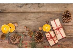 与礼物和圣诞节装饰的装饰边界在土气木背景_17247344
