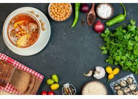 顶视图可口肉汤在黑暗的背景的土豆和肉组成_17231237