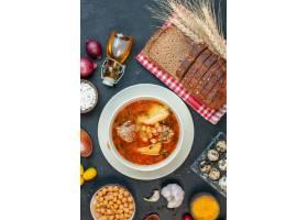 顶视图可口肉汤由土豆和豆组成在黑暗的背景_17231262