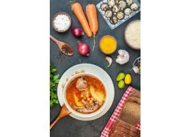 顶视图可口肉汤由土豆豆和肉组成在黑暗的背_17231247