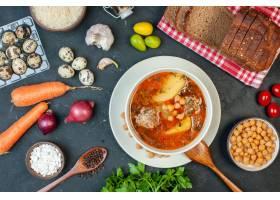 顶视图可口肉汤由土豆豆和肉组成在黑暗的背_17231252