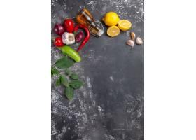顶视图新鲜成分油大蒜柠檬切片和其他产品_11799559