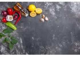 顶视图新鲜成分油大蒜柠檬切片和其他产品_11799562