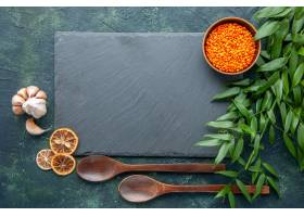 顶视图未加工的橙色扁豆用在深蓝背景的大蒜_17231569
