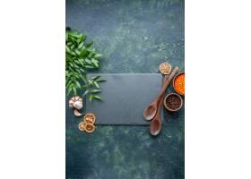 顶视图未加工的橙色扁豆用大蒜和胡椒在深蓝_17231555