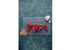 顶视图红色干胡椒用在深蓝背景的大蒜_17231597