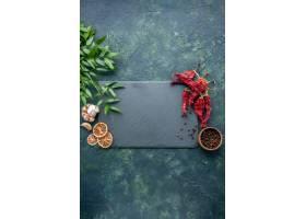顶视图红色干胡椒用在深蓝背景的大蒜_17231603