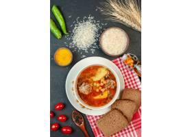 顶视图美味的肉汤用面包和蕃茄在黑暗的背景_17231670