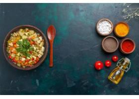 顶视图蔬菜汤用绿色和调味料和橄榄油在黑暗_11900269