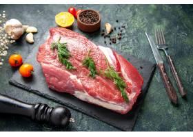 绿色侧视图在新鲜的红色生肉的在切板和胡椒_17247361