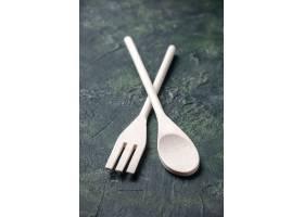 正面图在黑暗的背景食物晚餐刀子塑料厨房叉_17243603