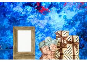 正面图空的照片框架情人节礼物在蓝色抽象背_17231707