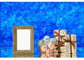 正面图空的画框情人节礼物花有蓝色抽象背景_17231737