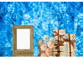 正面图空的画框礼物在蓝色抽象背景的花花_17231712