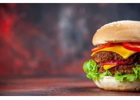 正面图鲜美肉汉堡用乳酪和沙拉在黑暗的背景_14396763