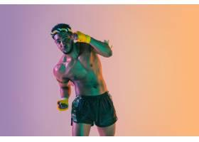 泰拳行使泰国拳击的年轻人在霓虹灯的梯度_17248004