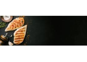 烤鸡胸肉在黑色板岩上服务_3057602
