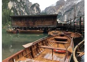 木小船美丽的射击在眉毛湖的在白云岩背景_17247008