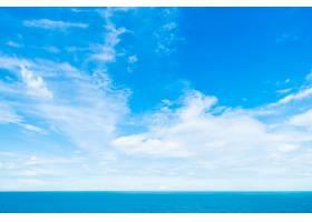 在蓝天的白色云彩与海和海洋_4011112