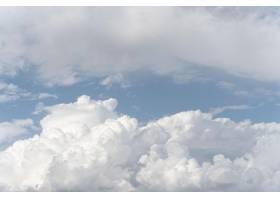 在蓝天的蓬松云彩_12108687