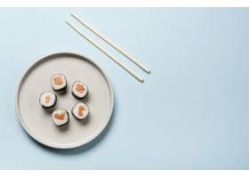 在蓝色背景的极简主义日本寿司盘_6896120