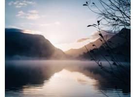 山围拢的湖的美丽的景色与一个发光的太阳在_11502992