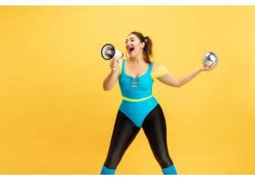 年轻白种人加上大小女性模型在黄色背景的训_15080568