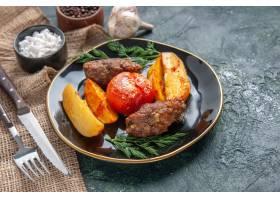 可口肉炸肉排侧视图烘烤用土豆和蕃茄在黑色_17247331