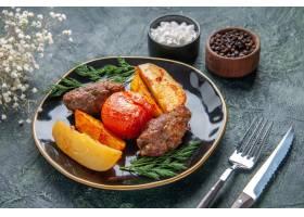 可口肉炸肉排正面图烘烤用土豆和蕃茄在黑色_17246894