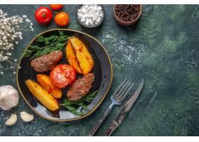 可口肉炸肉排顶上的看法烘烤用土豆和蕃茄在_17247152