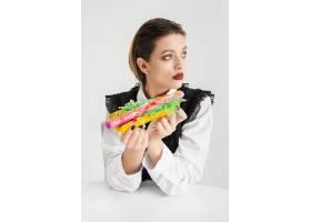 吃热狗的妇女由塑料制成Eco概念_17248281