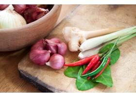 亚洲热和辣食物成分用洋葱在木碗_1233416