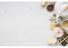 一杯柠檬茶鲜花草药干茶叶茶壶和柠檬切_3681651