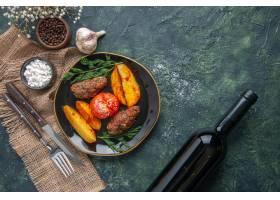 上面看法可口肉炸肉排烘烤用土豆和蕃茄在黑_17243389