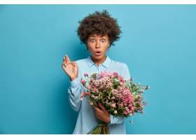 震惊的卷发黑发美国女士从未知的人收到鲜花_13666949