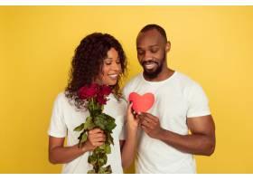 鲜花和心脏情人节庆祝在黄色演播室背景_13934301