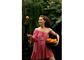 摆在用果子的美丽的女孩_13749580