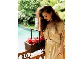 摆在用果子的美丽的女孩_13749973