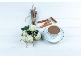 高角度看法咖啡与花的在白色木板背景的桂_13788286