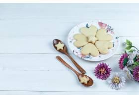高角度视图心形和星曲奇饼在白色板材有花的_13788331