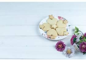 高角度视图心形和星曲奇饼在白色板材有花的_13788333