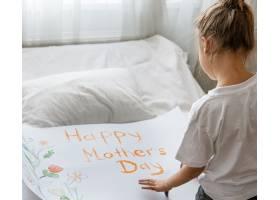 小女孩绘妈妈的贺卡与题字愉快的母亲节和花_13738369