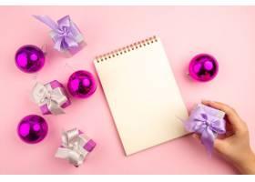 小礼物顶视图与Xmas树玩具和笔记薄在桃红色_14069752