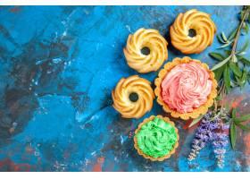 小馅饼顶视图与桃红色和绿色酥皮点心奶油紫_14071322