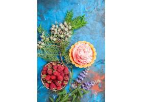 小馅饼顶视图与桃红色酥皮点心奶油碗的用在_14071283