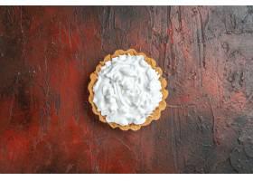 小馅饼顶视图用酥皮点心奶油的在深红表面_14071267