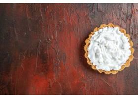 小馅饼顶视图用酥皮点心奶油的在深红表面_14071275